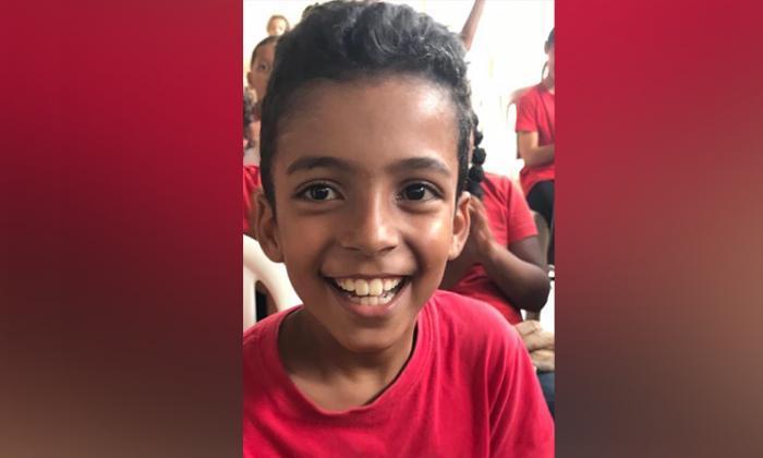 Un jeune garçon souffrant de troubles de la motricité pourra faire de la balançoire normalement à l'école