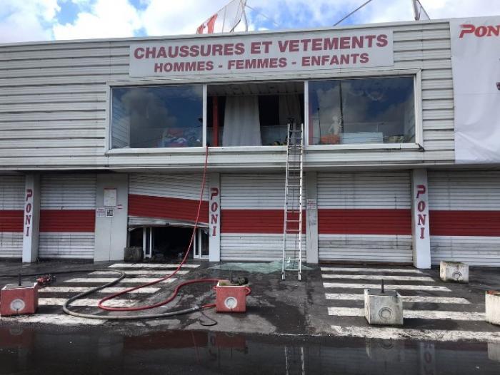 Un magasin partiellement détruit par un incendie