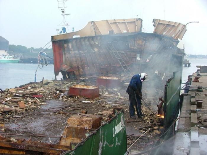 Un navire de pêche hors d'usage démantelé en Martinique