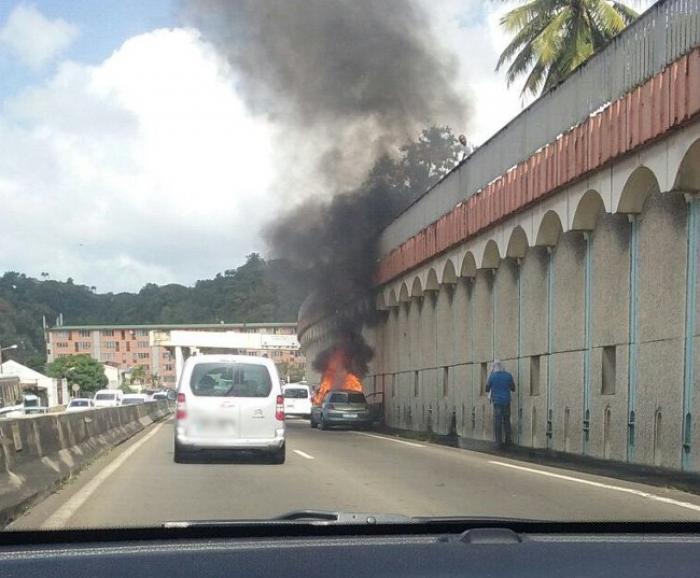 Un véhicule prend feu sur la Rocade à Fort-de-France