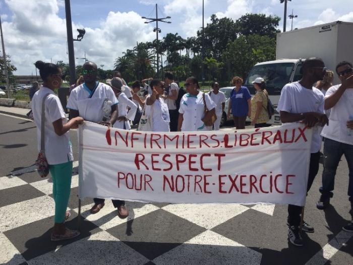 Une centaine d'infirmiers et d'infirmières manifestent devant la préfecture