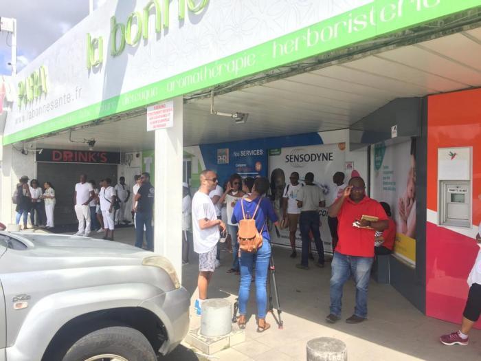 Une cinquantaine de personnes mobilisée en soutien à la pharmacie La Bonne Santé