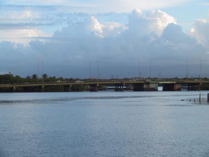 Une femme menace de sauter du pont de la Gabarre