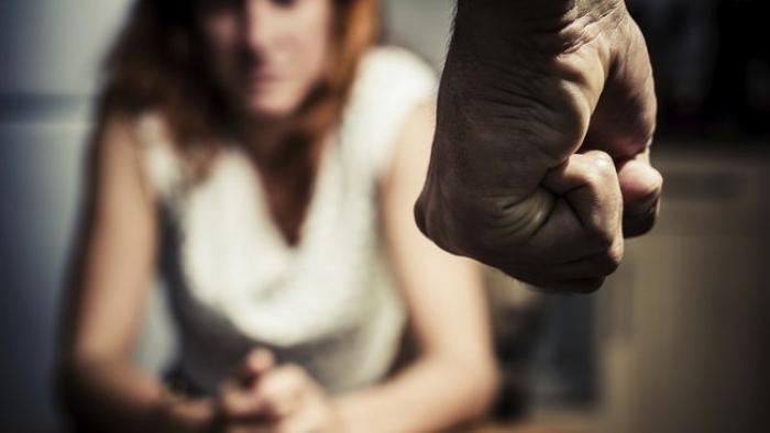 Une femme poignarde son ex compagnon