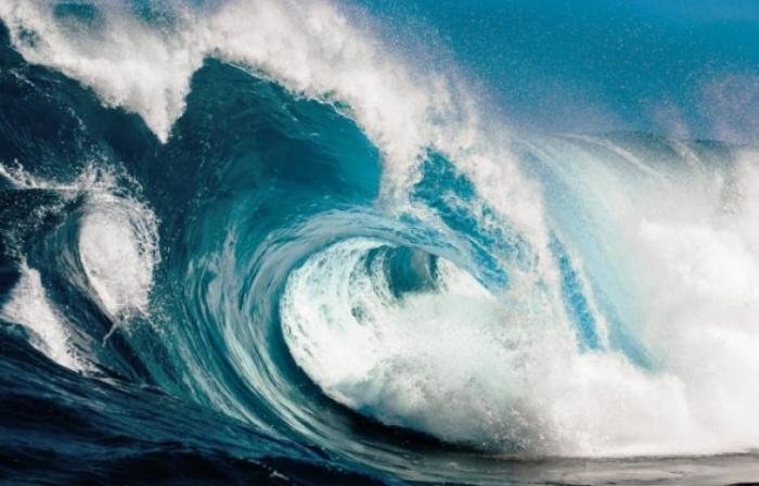 Une grosse vague fait 4 blessés en mer