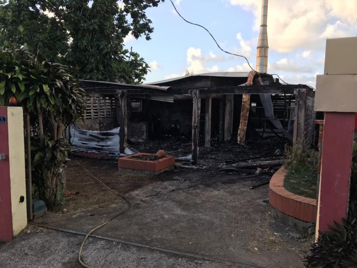 Une habitation détruite par les flammes non loin du CHU