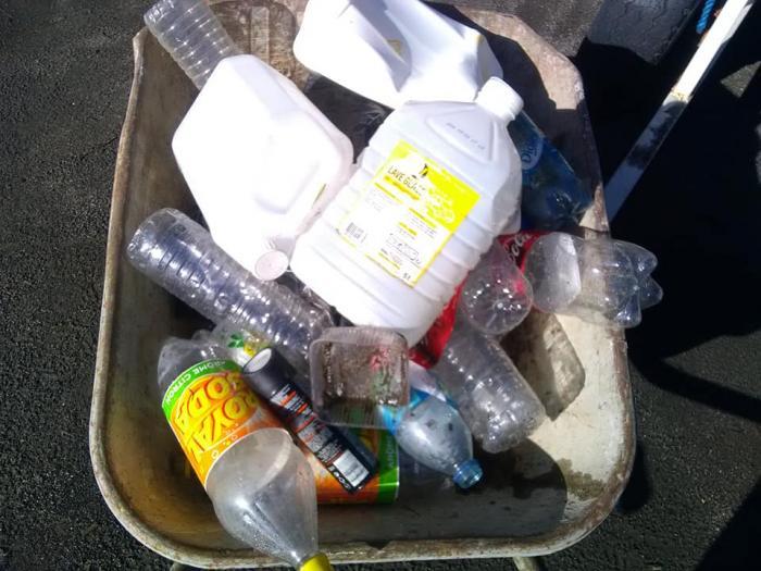 Une journée de ramassage des déchets sur une plage au Carbet