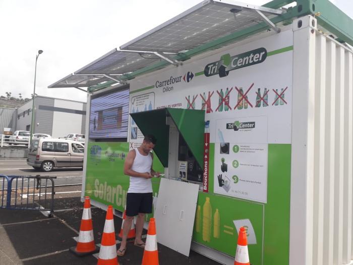 Une machine solaire qui rémunère le tri des bouteilles en plastique