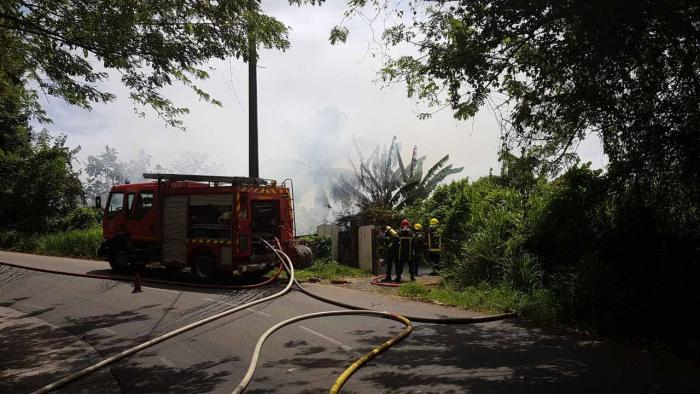 Une maison détruite par les flammes à Ducos