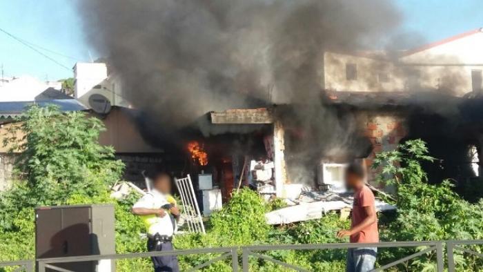 Une maison entièrement ravagée par les flammes à Fort-de-France
