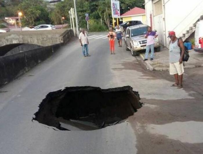 Une partie de la route s'effondre à Saint-Pierre