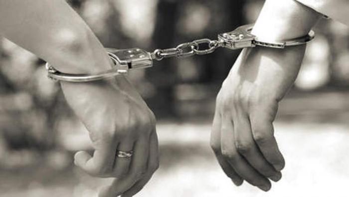 Une psychologue carcérale surprise avec un détenu