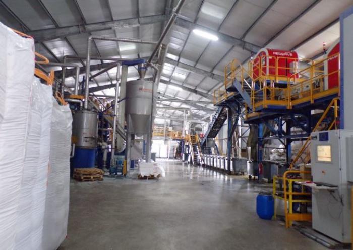 Une usine de recyclage de plastique manque de matière première