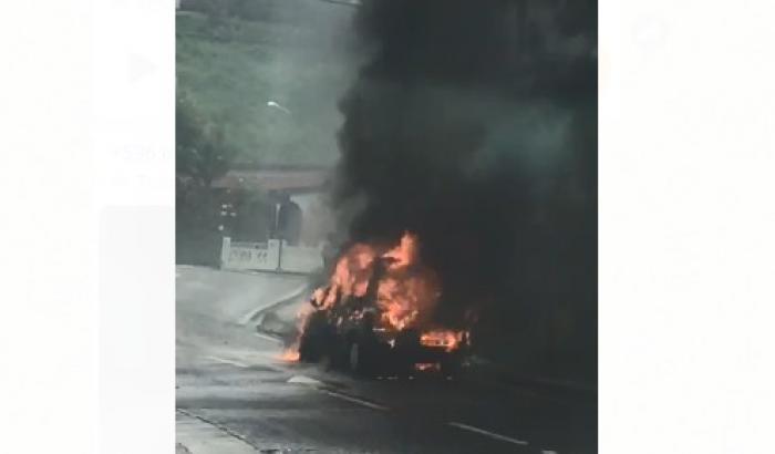 Une voiture détruite par les flammes à Saint-Joseph
