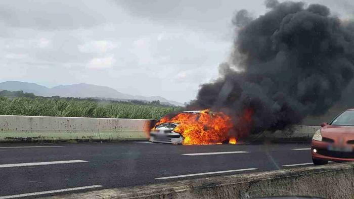 Une voiture détruite par les flammes sur la Nationale 5 au Lamentin