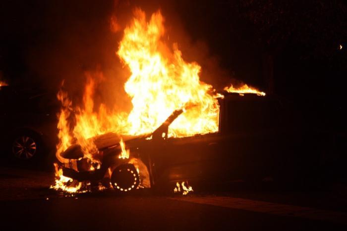 Une voiture en feu au Gosier provoque des embouteillages