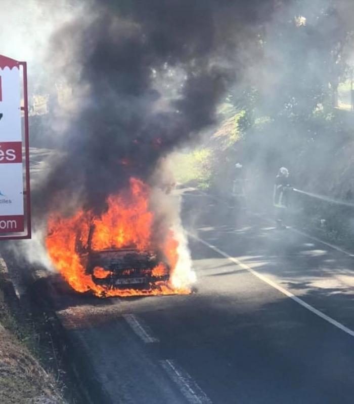 Une voiture en feu dans la descente des Salines