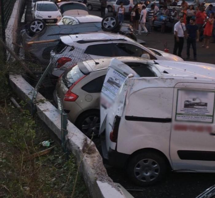 Une voiture fait une sortie de route et termine sa course dans un parking
