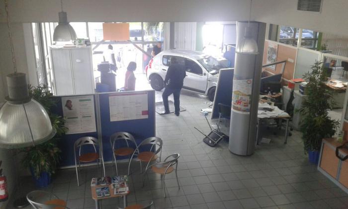 Une voiture finit sa course dans une agence d'assurance