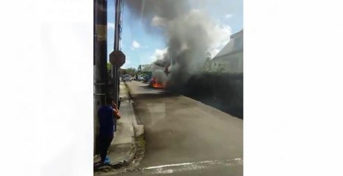 Une voiture prend feu à Cluny