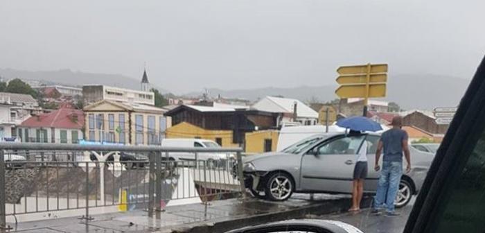 Une voiture suspendue au dessus du village de Basse-Terre