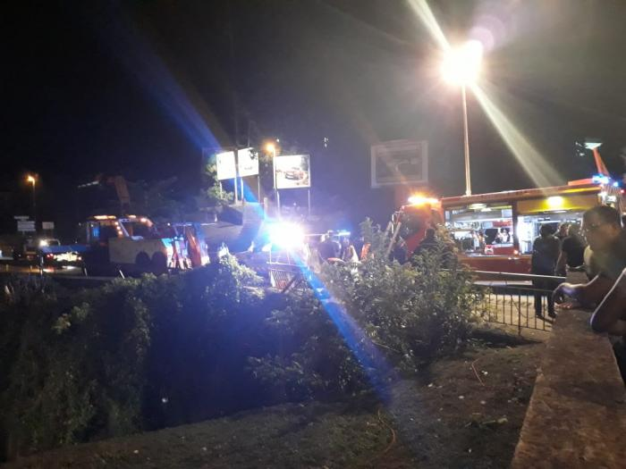 Une voiture tombe dans le canal à Fort de France