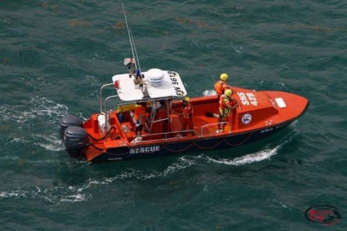 Une yole de pêche remorquée avec 4 personnes à bord