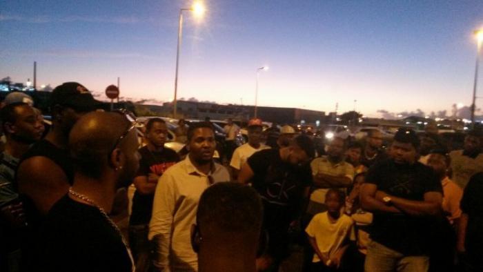 Vitres teintées : Une centaine de personnes se sont rassemblées sur le parking de Dillon
