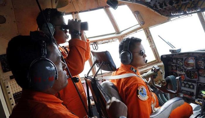 Vol Air Asia : des débris et des corps repérés à la surface de l'océan
